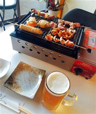 焼き鳥とビールの画像